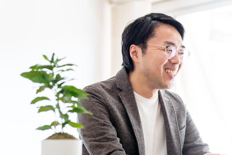 【写真】笑みを浮かべながらインタビューに応えるまつうらひでとしさん