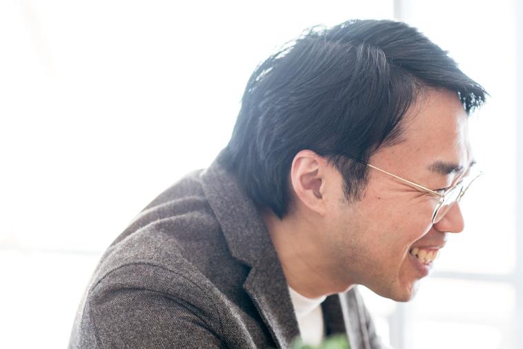 【写真】笑顔でインタビューに応えるまつうらさん