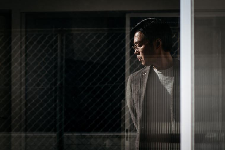 【写真】反射で窓に写るまつうらさん